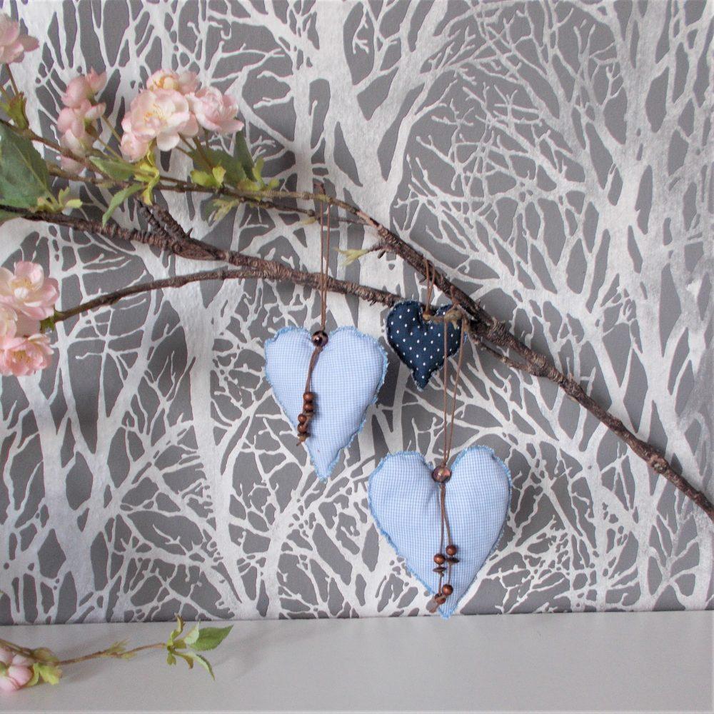 Blaue Deko-Herzen für Zweige