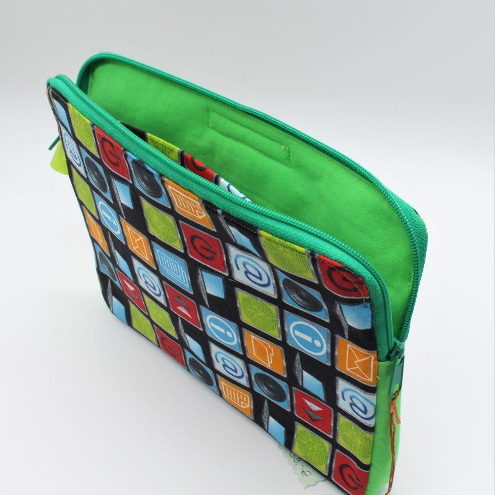 grüne Tablet-Tasche offen
