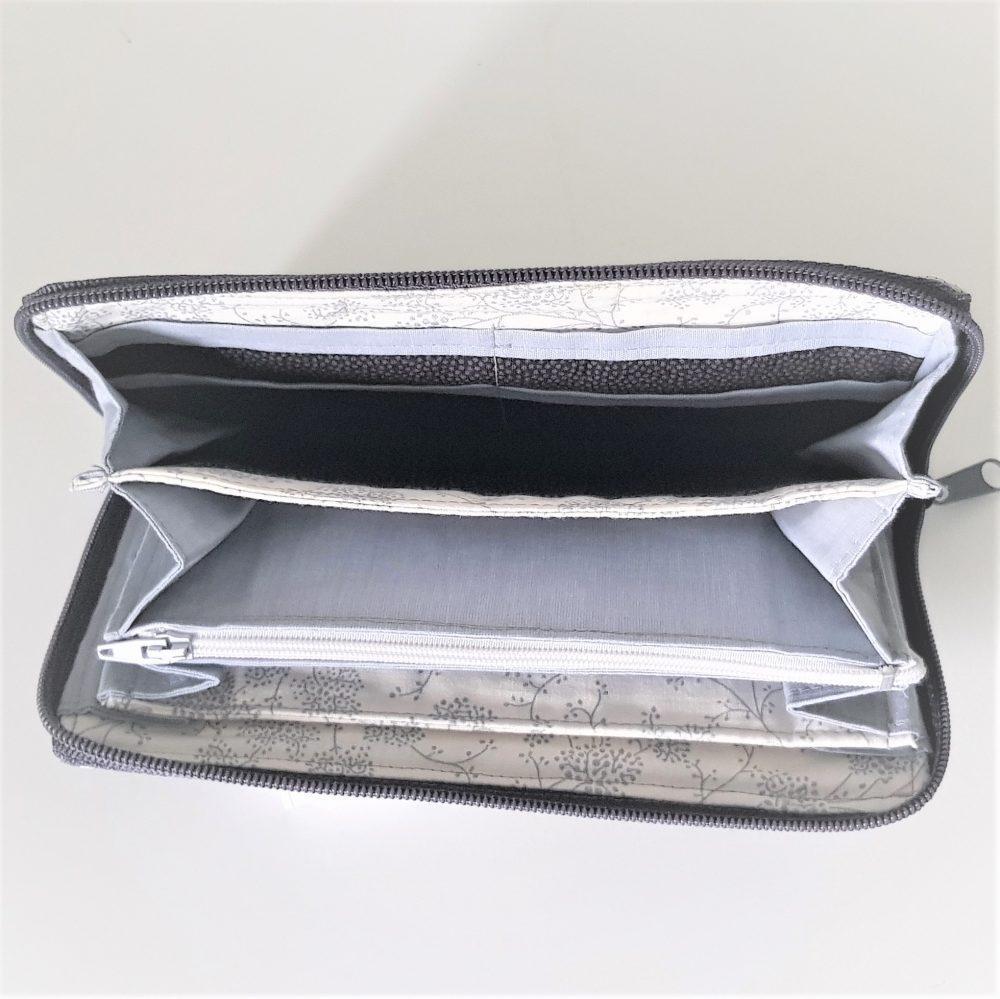 graue Geldbörse von oben fotografiert