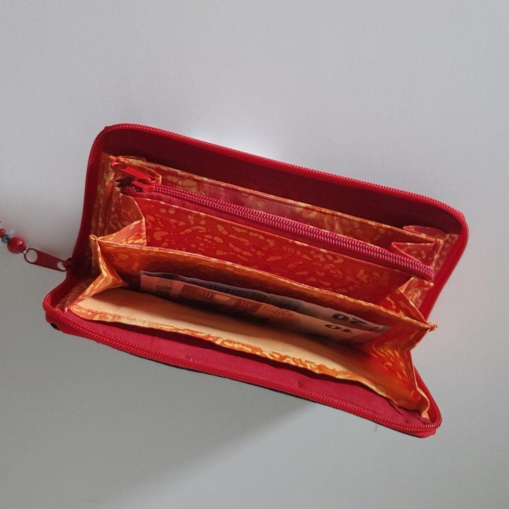 Geldbörse mit rot offen