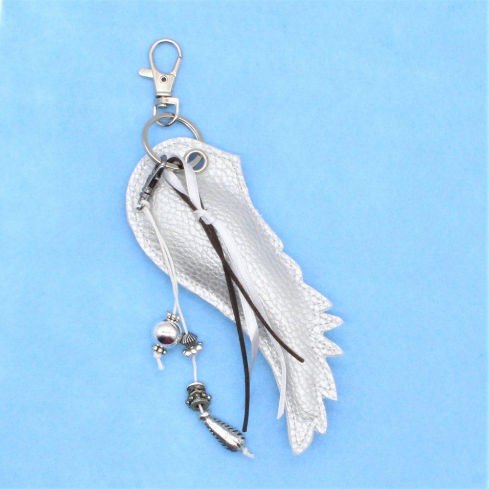 silberner Schlüsselanhänger als Engelsflügel