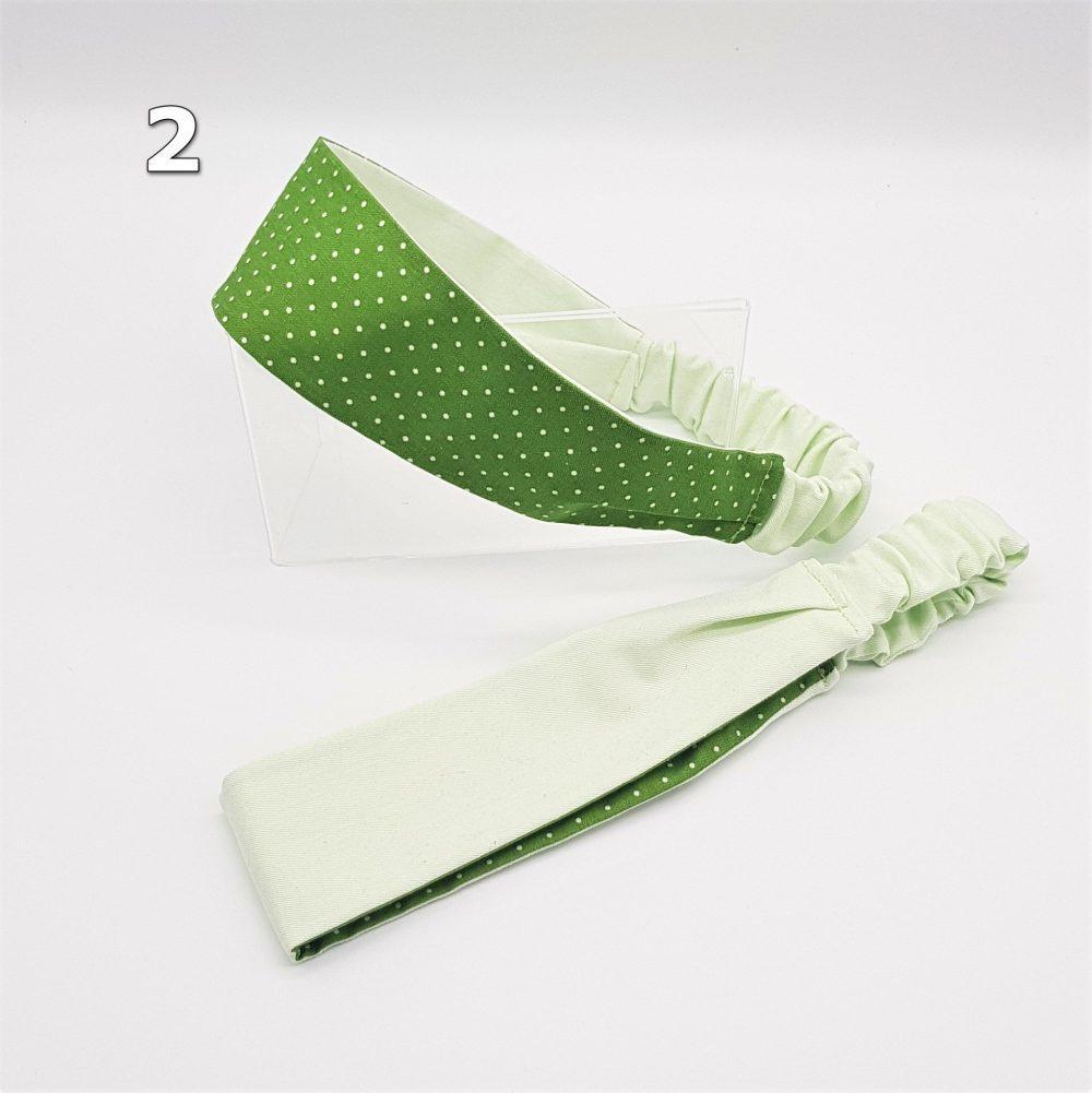 grünes Haarband mit Punkte