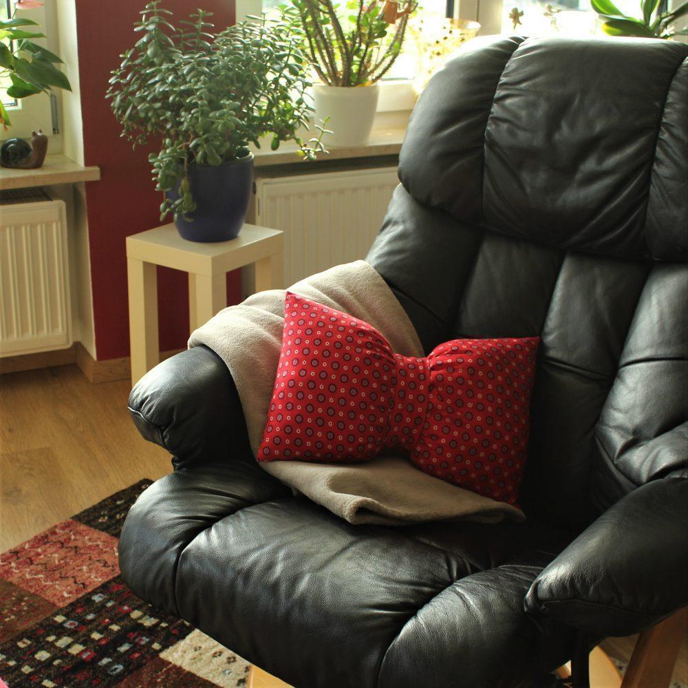 ideales Nackenkissen rot am Sessel