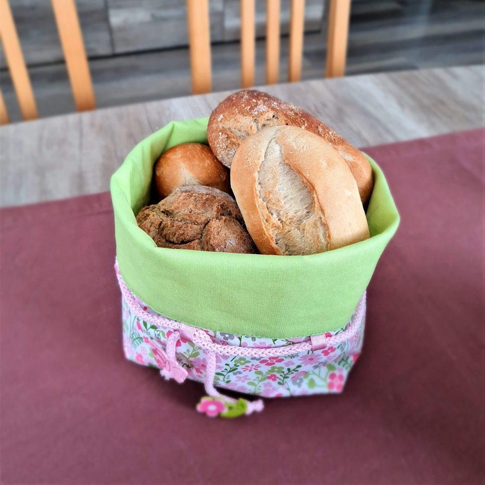 Brotkörbchen am Tisch